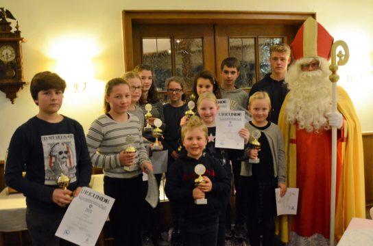 Artikelfoto zum Artikel Weihnachtsfeier: Nikolaus hat viele Pokale im Gepäck